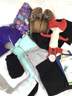 Kliniktasche: Kreißsaaltsche / Mutterpass, Versichertenkarte, Personalausweis, Nackenhörnchen, T-Shirt, Leggings,Kuscheltier, dicke Socken, Weste, Badetuch, Handtuch, Waschlappen, Hausschuhe, Ersatzbeutel, Bauchbinde