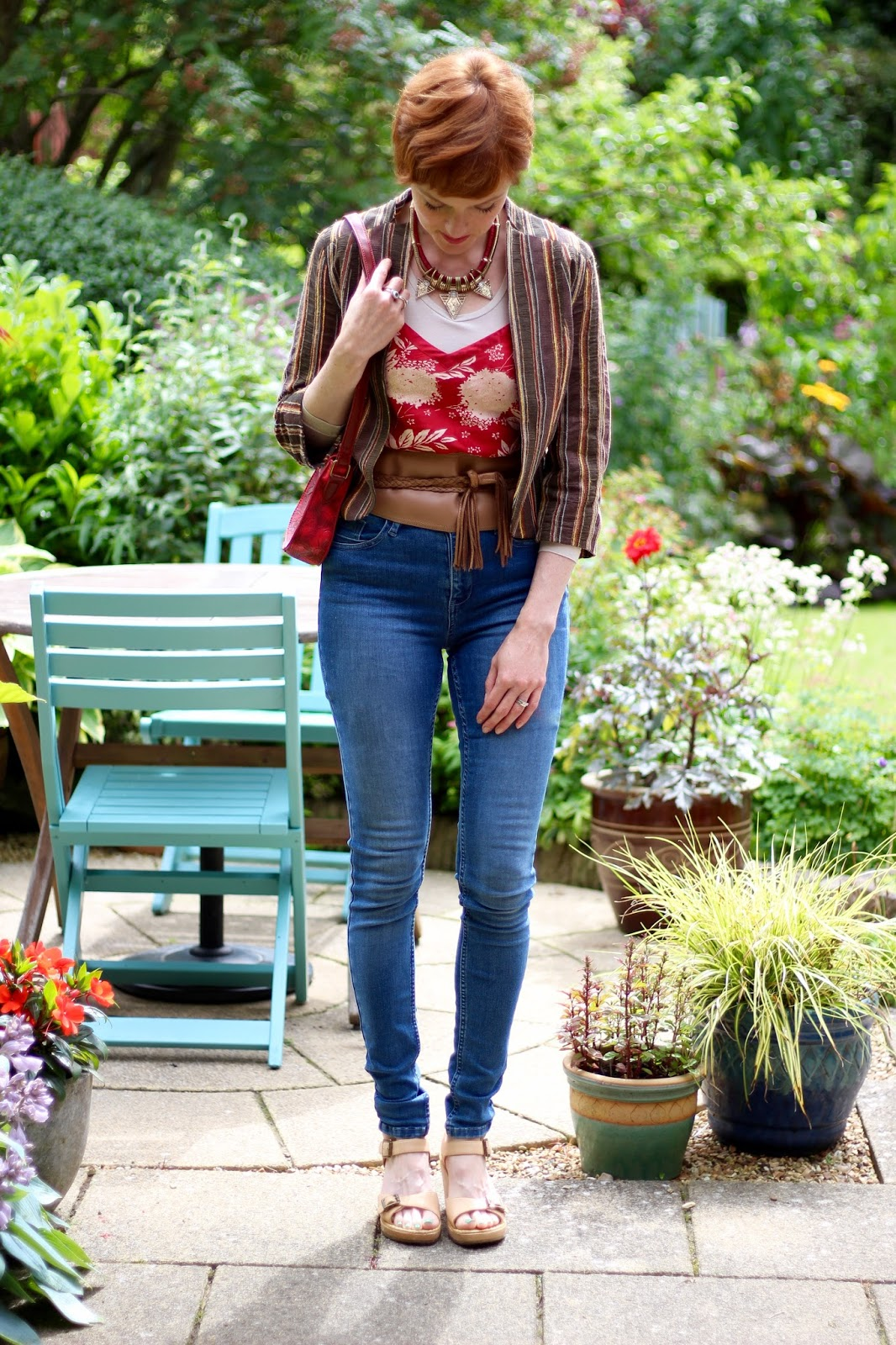 Fake Fabulous | Skinny jeans, wide belt, tassels, cropped jacket and buckle two-part sandals, over 40.