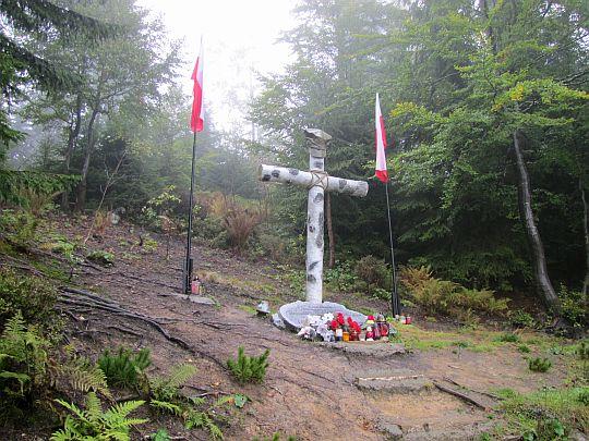 Pomnik pamięci żołnierzy walczących w Gorcach w latach 1942-1949.