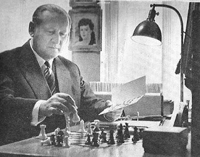 Henry Grob jugando al ajedrez