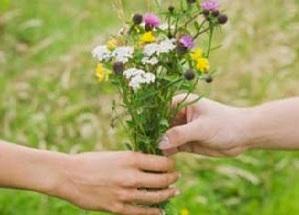Ragazzo regala fiori a donna anziana