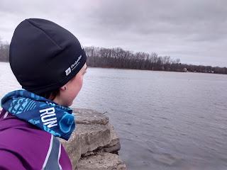 Coureuse au bord de l'eau, méditation