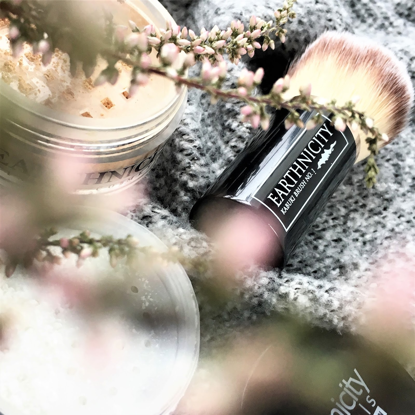 Naturalny makijaż twarzy: podkład mineralny Earthnicity, puder Velvet HD i krem-baza