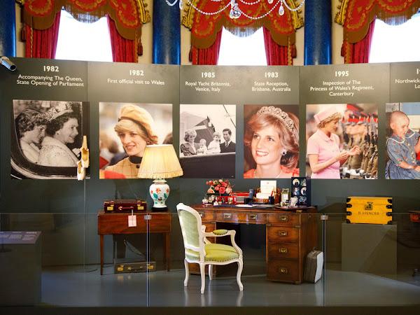 Część wystawy o księżnej Dianie w Pałacu Buckingham.