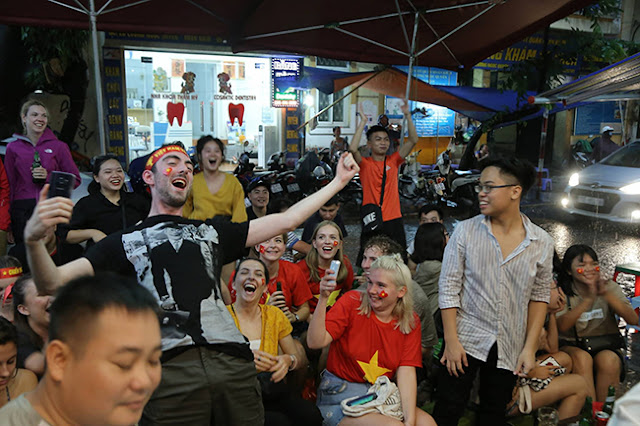 Photo: Foreign tourists also sad when Vietnam loses Korea 6
