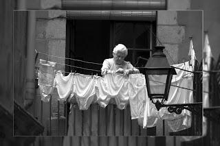 Resultat d'imatges de ropa tendida balcon