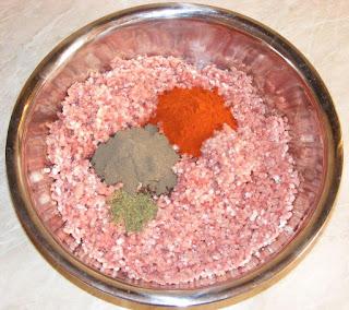 amestec carne tocata cu piper cimbru boia si usturoi pentru carnati uscati sau ghiudem, cum facem ghiudem de casa, retete culinare, cum facem umplutura de ghiudem si carnati,