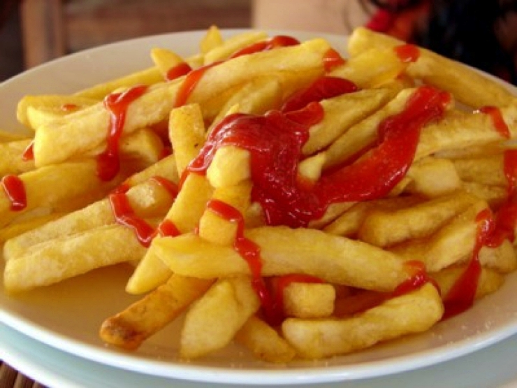 Quedó casi ciego tras alimentarse a base de papas fritas