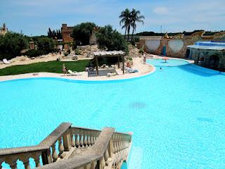 tenuta Carrisi, piscina, scalinata, cielo, estate, palme,Puglia,