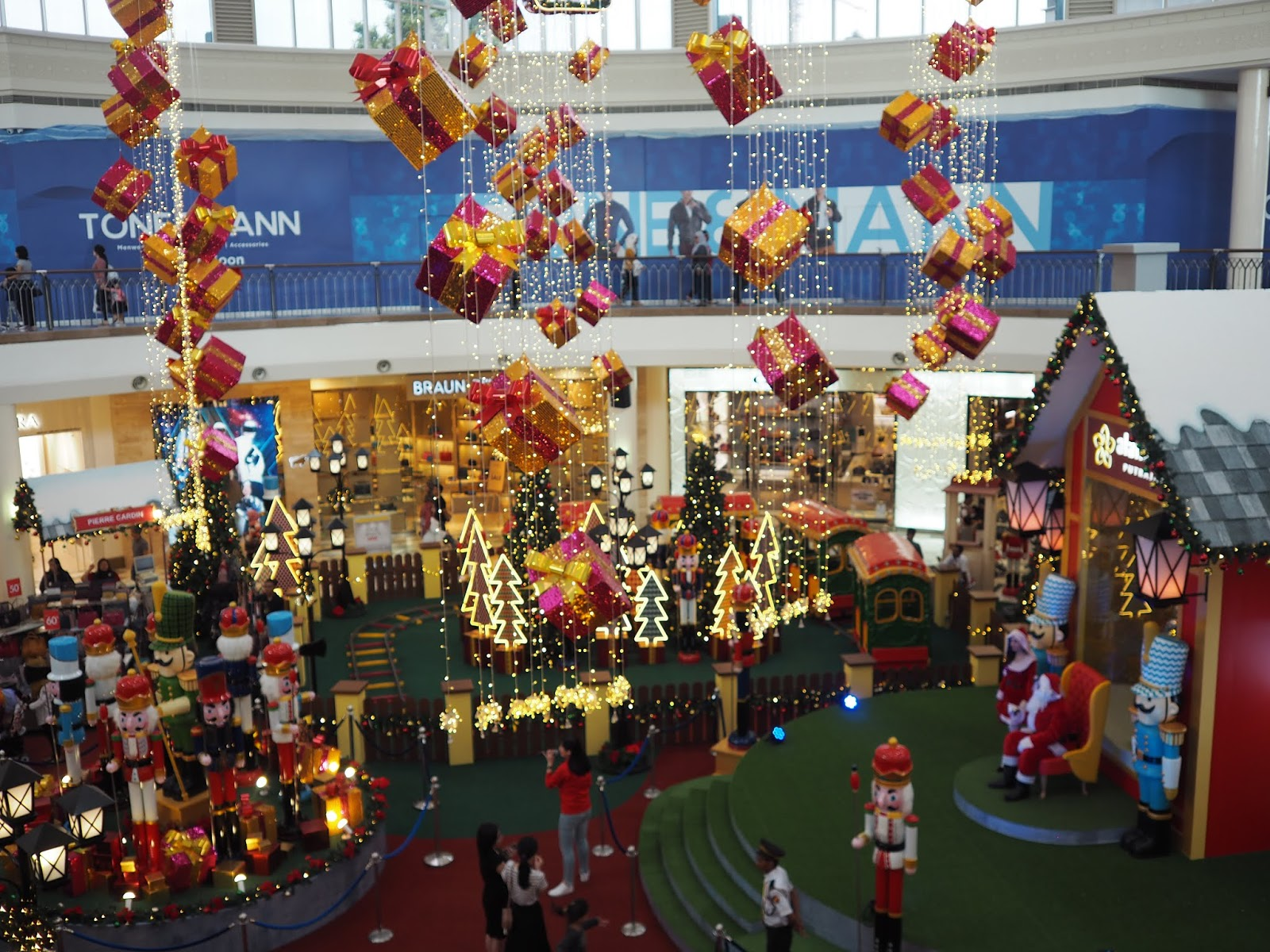 482700c8ab475 Head down to Alamanda Shopping Centre for the best Christmas shopping  experience! The mall boasts a dazzling Christmas display that greet  visitors to the ...