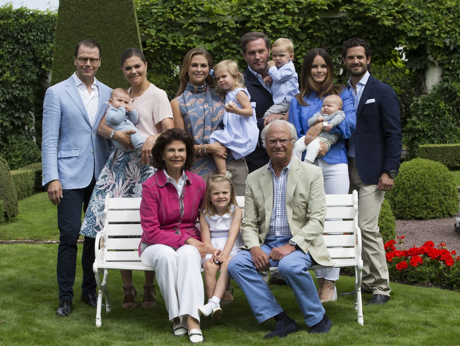 b1d668add5de Idag mötte hela den svenska kungafamiljen pressen utanför Sollidens slott  på Öland för årets sommarfotografering. Familjen har växt sedan förra året  och ...