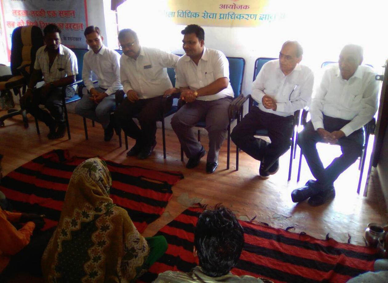 Judiciary-discusses-direct-discussion-with-villagers-in-legal-literacy-camp-विधिक साक्षरता शिविर में न्यायाधीशगणों ने ग्रामीणजनों से की सीधी चर्चा