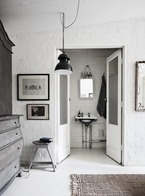 baño estilo nordico decoracion nordica ladrillo visto blanco, puertas blancas, muebles vintage, lampara estilo industrial, blanco, estilo nordico
