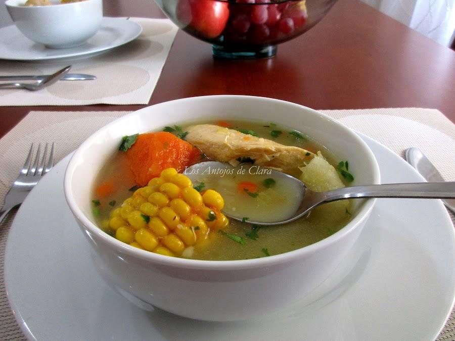 Sopa de pollo colombiana