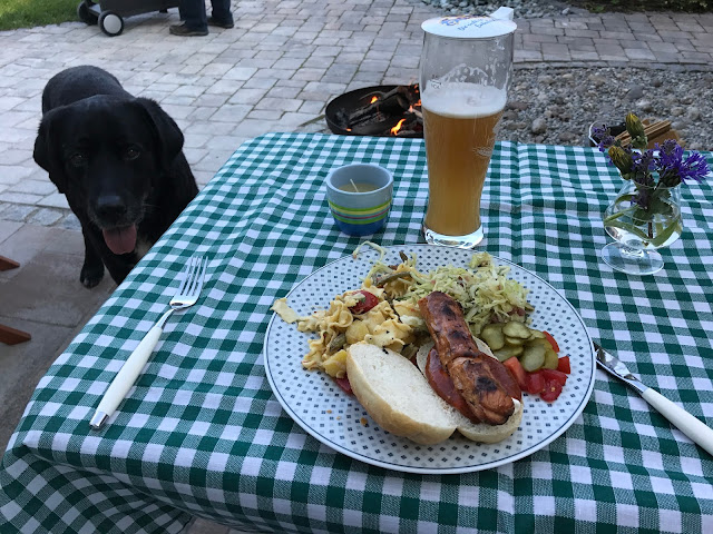 hmmmmm lecker Wurst mit Salat.....(c) by Joachim Wenk