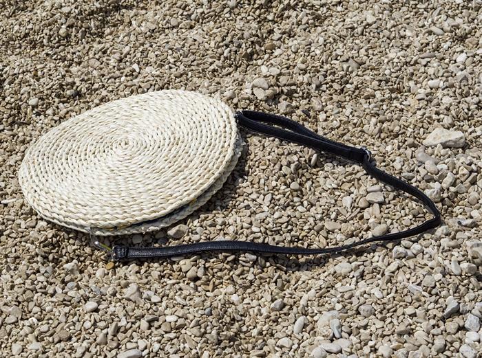 okrągła słomkowa torebka