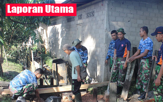 KERJA BAKTI : Personil TNI Lanud Supadio melaksanakan bakti sosial di Dusun Keramat, Kuala Dua, Kabupaten Kubu raya, Jum'at (6/10) lalu.  Photo courtesy Kapentak TNI Lanud Supadio