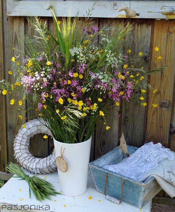 Kwiaty polne w bukiecie.