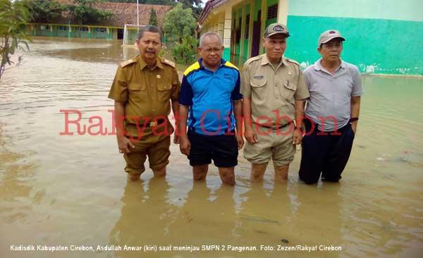 kadisdik kabupaten cirebon tinjau sekolah yang terendam banjir