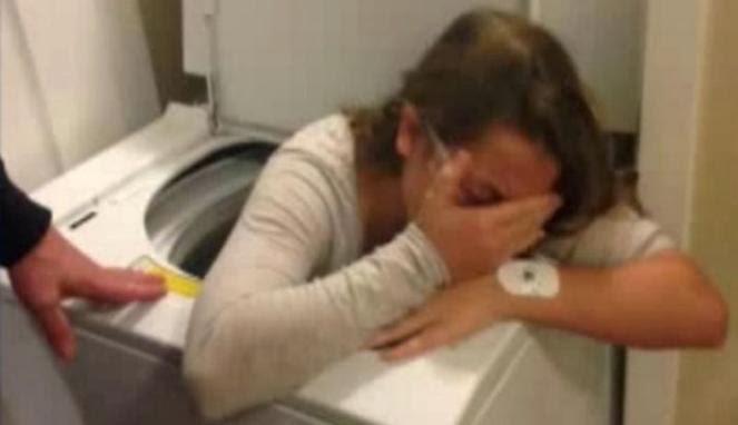 Main Petak Umpet, Gadis ini Terjebak di Dalam Mesin Cuci !