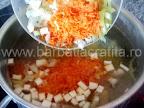 Ciorba de cartofi preparare reteta - adaugam legumele in oala