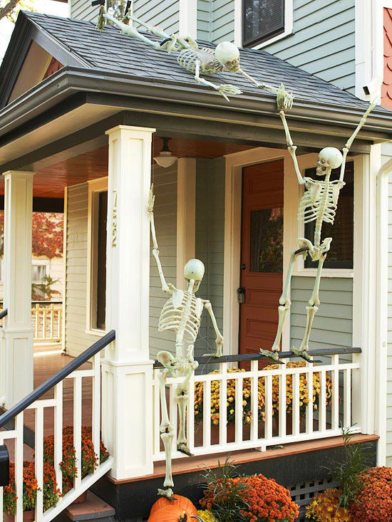 26 Halloween haunted decoration ideas for front porch. DIY Halloween ghost decoration for front door. Halloween skeleton spooky decoration ideas. Halloween spooky party decoration for lawn. Spooky skeleton decoration for lawn. Halloween skeleton decoration for outdoor. Holidays front porch ideas. Hanging skeleton decoration ideas.