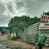 População coloca faixa para alertar aos motoristas de buracos, em Pirangi praia