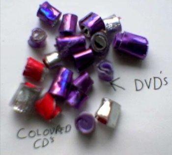 Manik-manik dari CD dan DVD bekas