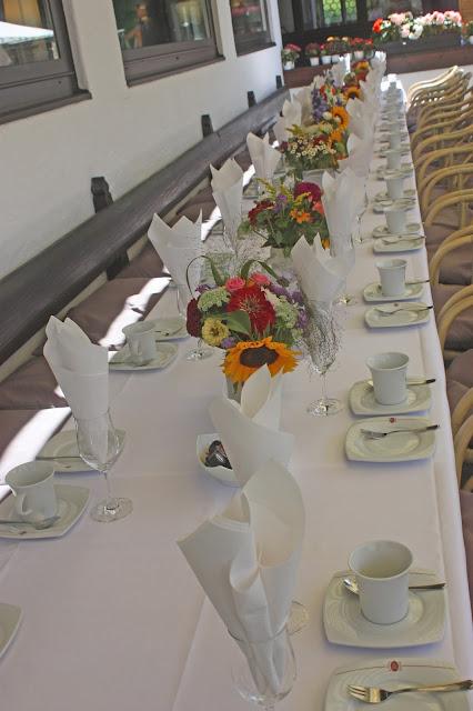 Kaffeetafel auf der Seeterrasse - Bunte Wiesenblumen-Hochzeit im August, Riessersee Hotel Garmisch-Partenkirchen, Bayern, Hochzeitslocation, Wedding in Bavaria, wild flowers wedding scheme