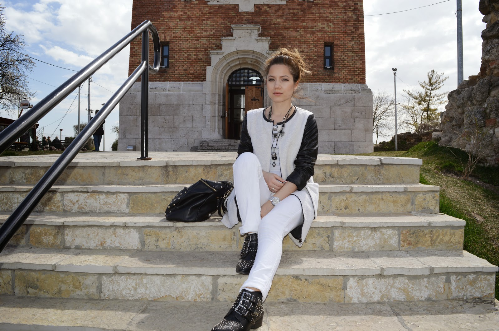 outfit, white coat, choies coat, white jeans, white t-shirt, black ankle studded boots, chloe ankle boots, black and white