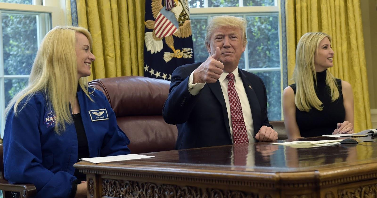 Donald Trump e funcionários da NASA