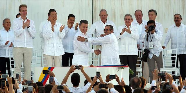 Lenguaje corporal Santos firma de acuerdo en Cartagena