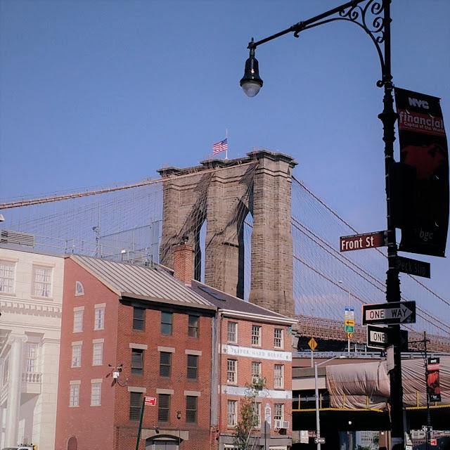 Uma-miúda-em-Nova-Iorque-armazém-de-ideias-ilimitada-brooklyn-bridge-from-manhattan