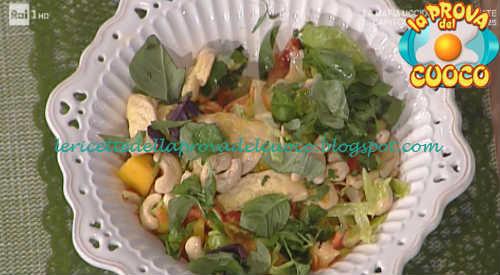 Prova del cuoco - Ingredienti e procedimento della ricetta Insalata di pollo speziata con papaya e mango di Roberto Valbuzzi