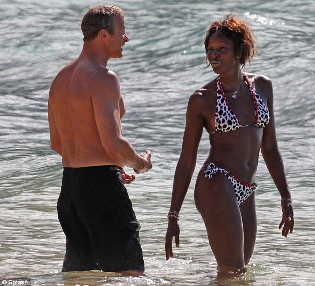 0a3f11de2e4 Naomi Campbell,41 anni, in bikini alle Hawaii in versione struccata.....  (foto tratte da Daily Mail) gallery fotografica Naomi Campbell