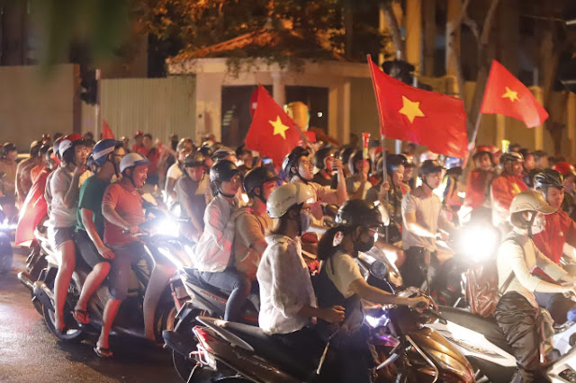 Vietnam streets overflow as football fans go to town over Asian Games history 2