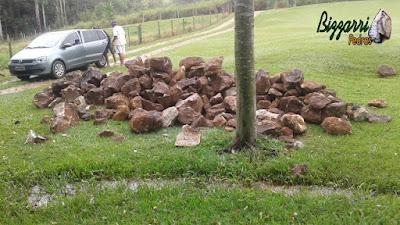 Pedra moledo bege escuro sendo pedra moledo de tamanho variado de 10 a 50 cm, sendo um caminhão toco de pedra com aproximadamente 8 toneladas.