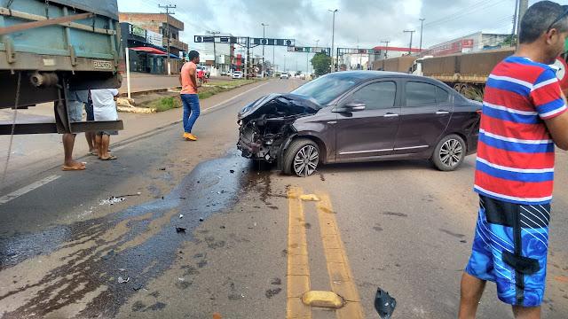 Agora! Acidente no semáforo da Avenida 7 de Setembro envolvendo carreta e carro de passeio