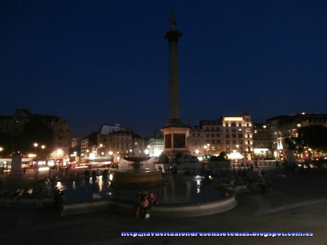 Trafalgar Square por la noche.