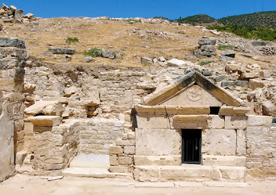 To 2011 ο ιταλός διευθυντής των ανασκαφών της Ιεράπολης (Τουρκία) Francesco D'Andria έφερε στο φως τάφο του 1ου μχ αιώνα που, όπως υποστήριξε με πειστικότητα, ήταν ο τάφος του Αποστόλου Φιλίππου. Ο τάφος δεν βρέθηκε στο οκταγωνικό μαρτύριο πάνω στο λόφο, όπως αναμενόταν, αλλά σε μια εκκλησία σαράντα περίπου μέτρα μακριά. Η πρωτοχριστιανική εκκλησία χτίστηκε τον 4ο ή 5ο αιώνα γύρω από τον τάφο, ενώ το κοντινό μαρτύριο χτίστηκε την ίδια περίπου εποχή, πιθανόν στις αρχές του 5ου αιώνα. Και τα δύο κτήρια ήταν σημαντικά χριστιανικά προσκυνήματα κατά τη βυζαντινή εποχή. http://leipsanothiki.blogspot.be/