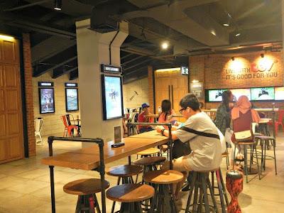 Waiting roomnya CGV Slipi Jaya keren. Banyak tempat duduk
