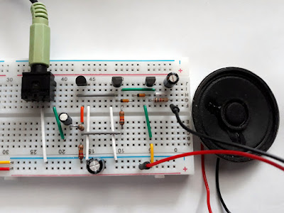 Audio amplifier with common transistors build on breadboard