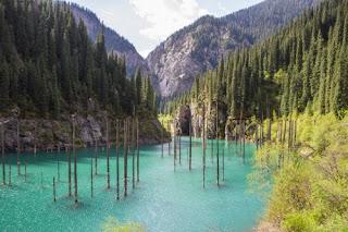 Danau Kaindy yang seolah punya hutan (Thinkstock) updetails.com