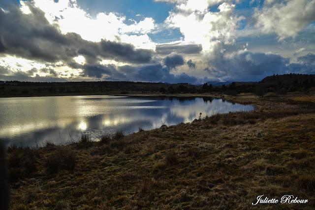 Coucher de soleil sur le lac du Pêcher en Auvergne