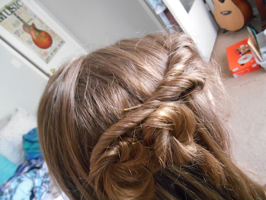 Twisty Pin-Back Hairstyle DIY