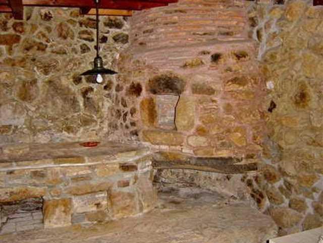 El horno antiguo de piedra asturiano con acceso desde el interior de la vivienda