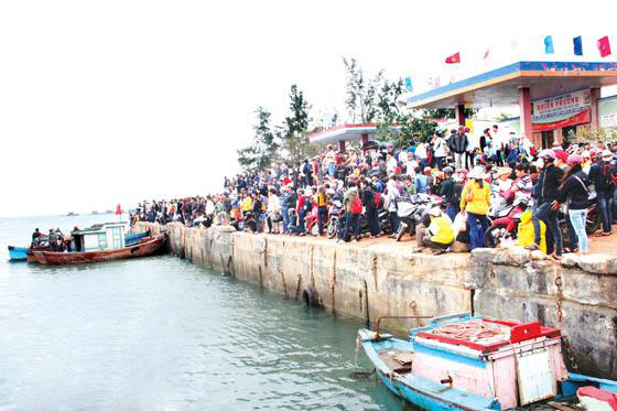 Hàng trăm hành khách đứng chen lấn trên bờ tìm cơ hội ra tàu gây nên tình cảnh lộn xộn.