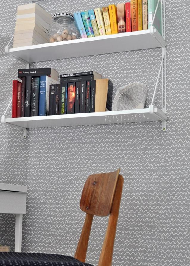 Estantería de Ikea blanca y papel de pared estilo nórdico gris