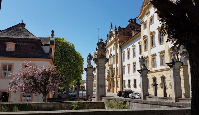 Ellingen - Impression mit Schloss rechts
