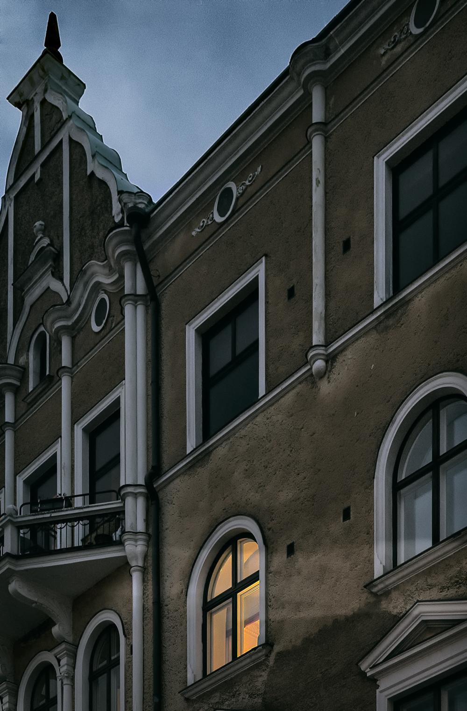 Kaivopuisto, Helsinki, Suomi, Finland, experience finland, discover, outdoors, myhelsinki, puisto, luonto, ilta, evening, scandinavia, nordic, nord, fall, autumn, syksy, syysilta, Visualaddict, valokuvaaja, Frida Steiner, arkkitehtuuri, architecture, old, building, kivitalo, ikkunat, windows